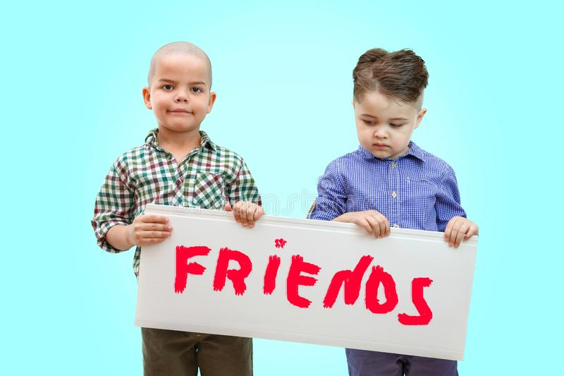 Δύο αγόρια που κρατούν ένα σημάδι στοκ εικόνα με δικαίωμα ελεύθερης χρήσης
