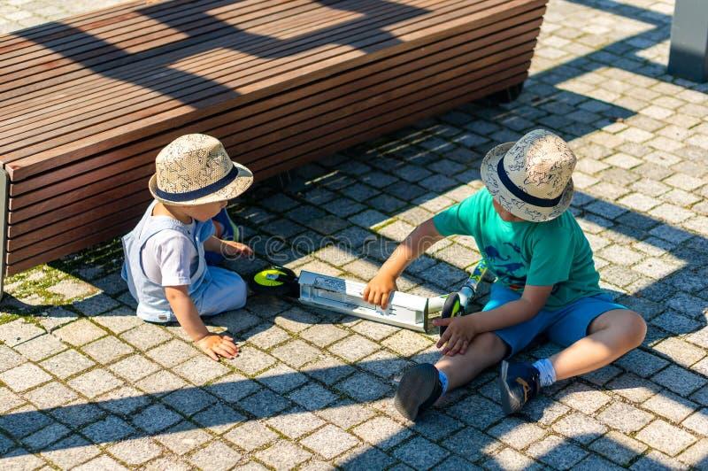 Δύο αγόρια που παίζουν στο έδαφος στοκ εικόνα με δικαίωμα ελεύθερης χρήσης