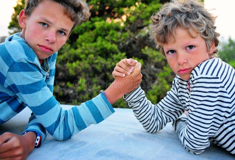 Δύο αγόρια που παίζουν υπαίθρια στοκ εικόνες