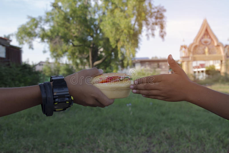 Δύο αγόρια που τρώνε τα burgers στοκ φωτογραφία με δικαίωμα ελεύθερης χρήσης