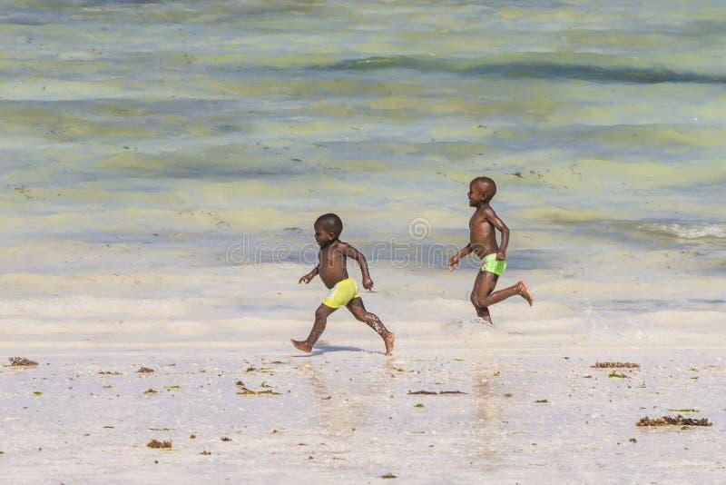 Δύο αγόρια στην παραλία Zanzibar στοκ φωτογραφίες με δικαίωμα ελεύθερης χρήσης