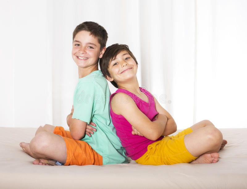 Δύο αγόρια στο κρεβάτι στοκ φωτογραφία με δικαίωμα ελεύθερης χρήσης