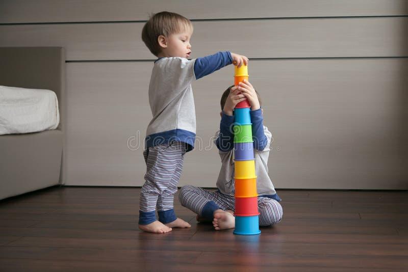 Δύο αγόρια χτίζουν έναν πύργο των φωτεινών γυαλιών στοκ φωτογραφία με δικαίωμα ελεύθερης χρήσης