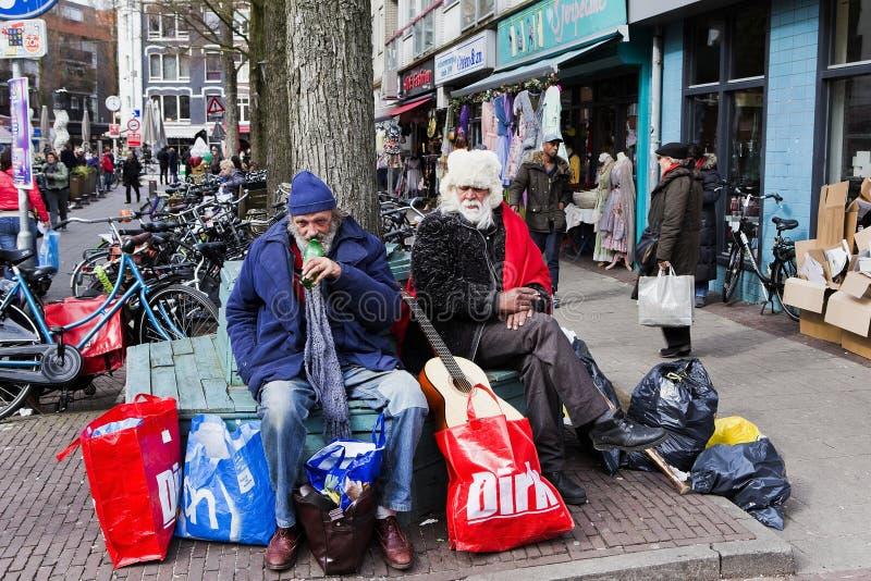 Δύο αγύρτες του Άμστερνταμ που παίρνουν ένα σπάσιμο στοκ εικόνες