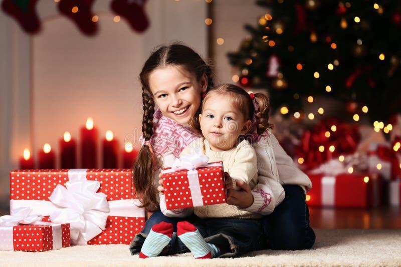 Δύο αδελφές με τα κιβώτια δώρων στοκ εικόνες