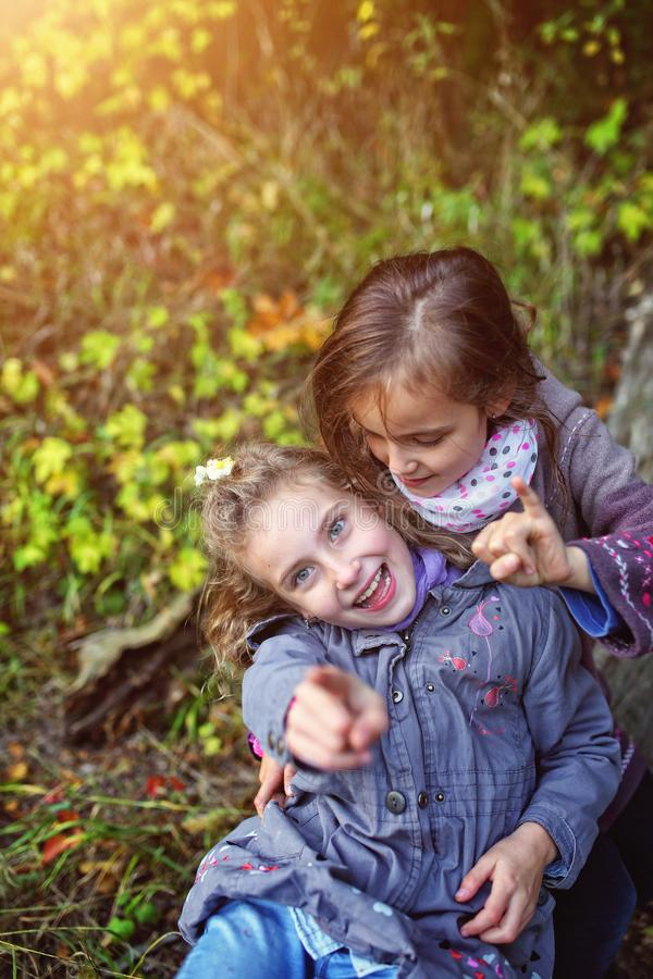 Δύο αδελφές που γελούν έξω στοκ φωτογραφίες με δικαίωμα ελεύθερης χρήσης