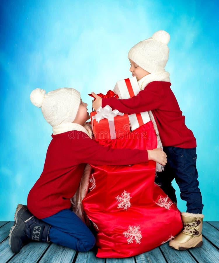 Δύο αδελφοί βρήκαν μια τσάντα με τα δώρα από Άγιο Βασίλη Χαρούμενα Χριστούγεννα και καλές διακοπές! στοκ εικόνες με δικαίωμα ελεύθερης χρήσης