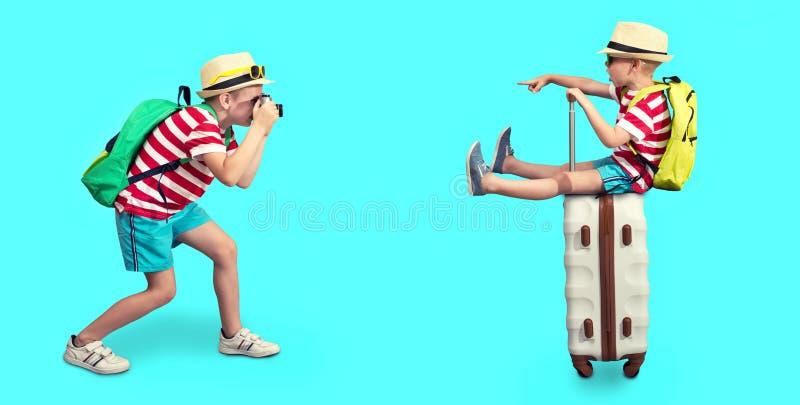Δύο αδελφοί πρόκειται να στηριχτούν τη φωτογραφία στις βαλίτσες Όνειρα του ταξιδιού! στοκ εικόνα με δικαίωμα ελεύθερης χρήσης
