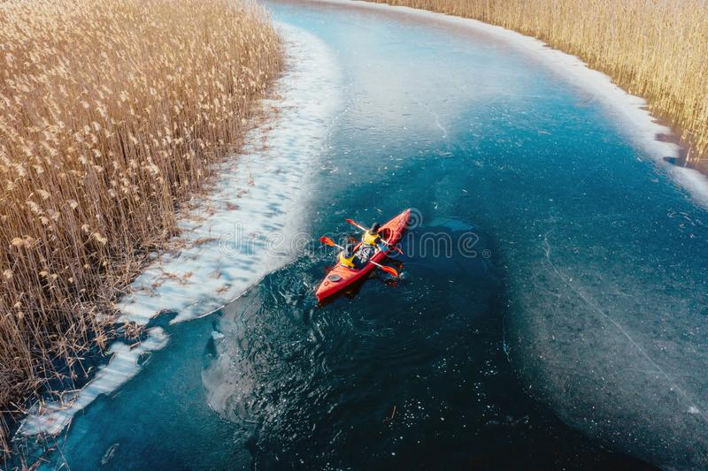 Δύο αθλητικά επιπλέοντα σώματα ατόμων σε μια κόκκινη βάρκα στον ποταμό στοκ φωτογραφίες με δικαίωμα ελεύθερης χρήσης