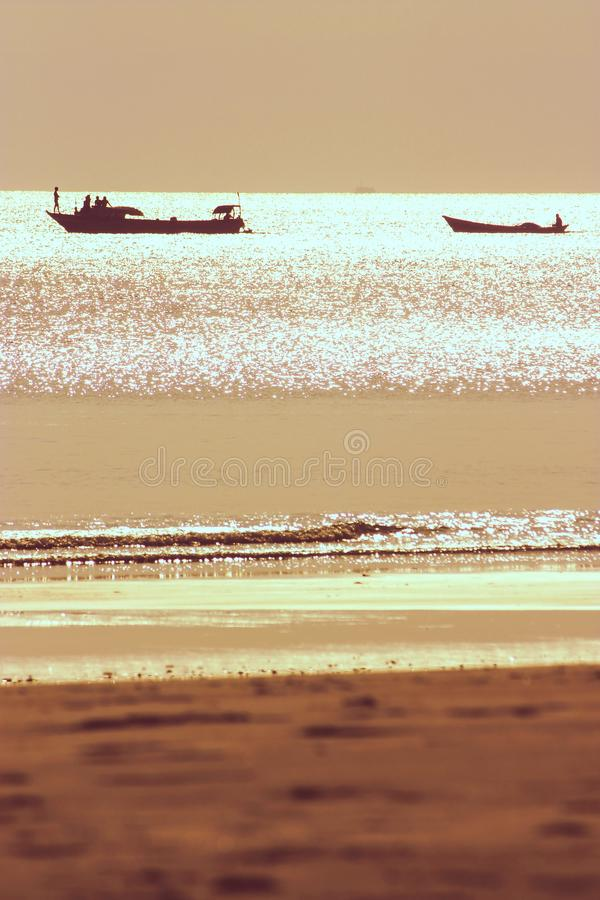 Δύο αλιευτικά σκάφη αναδρομικά φωτισμένα κατά τη διάρκεια του ηλιοβασιλέματος στοκ εικόνα με δικαίωμα ελεύθερης χρήσης