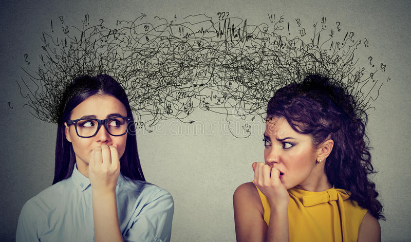 Δύο ανήσυχες γυναίκες που εξετάζουν η μια την άλλη που ανταλλάσσει με πολλές σκέψεις στοκ εικόνες με δικαίωμα ελεύθερης χρήσης