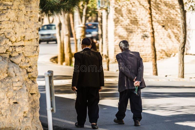 Δύο ανθρώπων περπάτημα στην οδό στο Ιράν στοκ φωτογραφίες