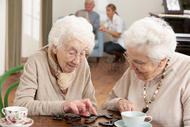 Δύο ανώτερες γυναίκες που παίζουν τα ντόμινο στοκ εικόνες