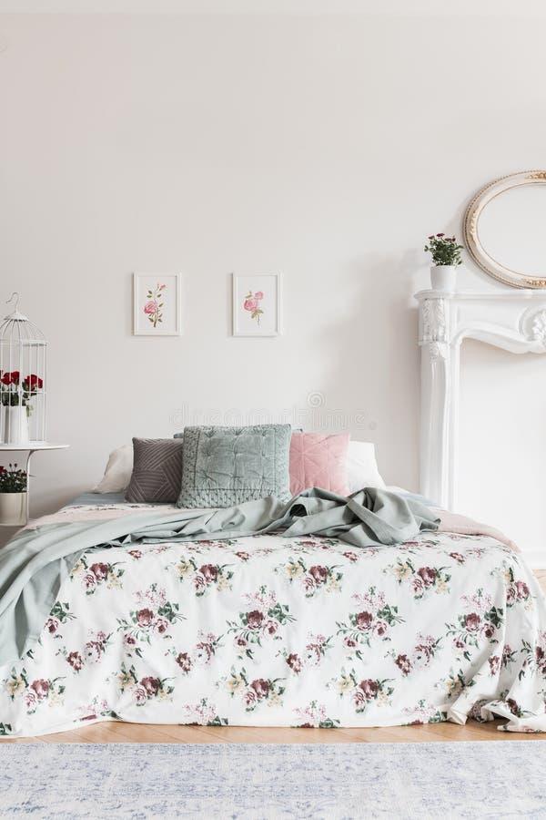 Δύο απλές ρόδινες αφίσες που κρεμούν στον τοίχο επάνω από το πνεύμα διπλών κρεβατιών στοκ φωτογραφία