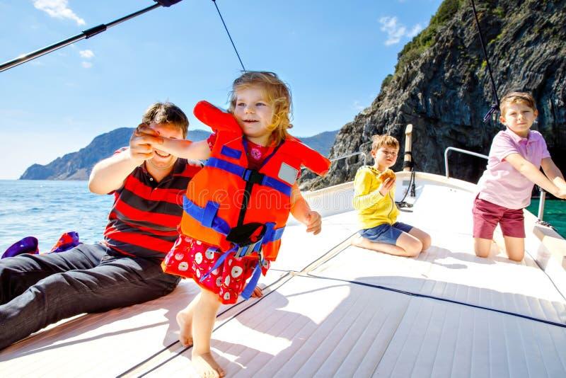 Δύο απόλαυση κοριτσιών αγοριών, πατέρων και μικρών παιδιών παιδάκι που πλέει το ταξίδι βαρκών Οικογενειακές διακοπές στον ωκεανό  στοκ εικόνες