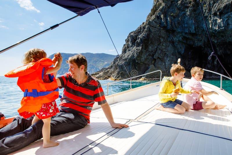Δύο απόλαυση κοριτσιών αγοριών, πατέρων και μικρών παιδιών παιδάκι που πλέει το ταξίδι βαρκών Οικογενειακές διακοπές στον ωκεανό  στοκ φωτογραφίες