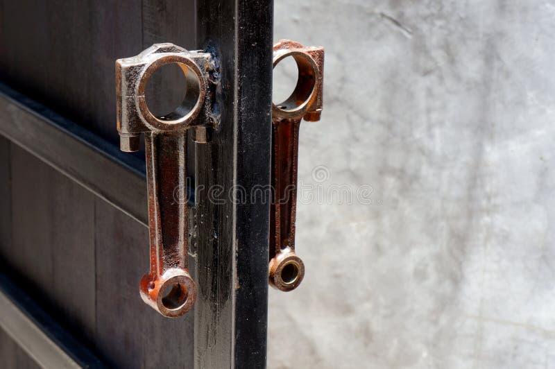 Δύο από τη συνδέοντας ράβδο που γίνεται για την πόρτα χάλυβα λαβών στοκ εικόνα