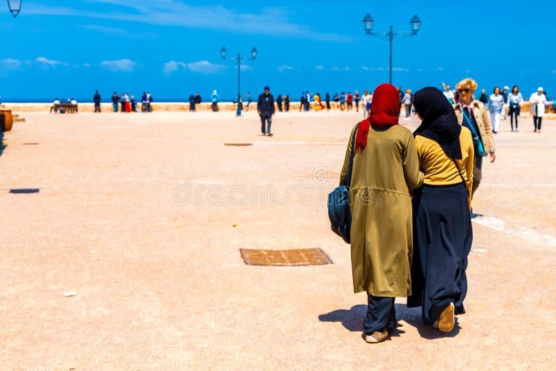 Δύο αραβικά κορίτσια ξοδεύουν το χρόνο μαζί υπαίθρια, περπατώντας το απόγευμα κατά μήκος του αναχώματος της πόλης της Rabat, Μαρό στοκ φωτογραφία με δικαίωμα ελεύθερης χρήσης