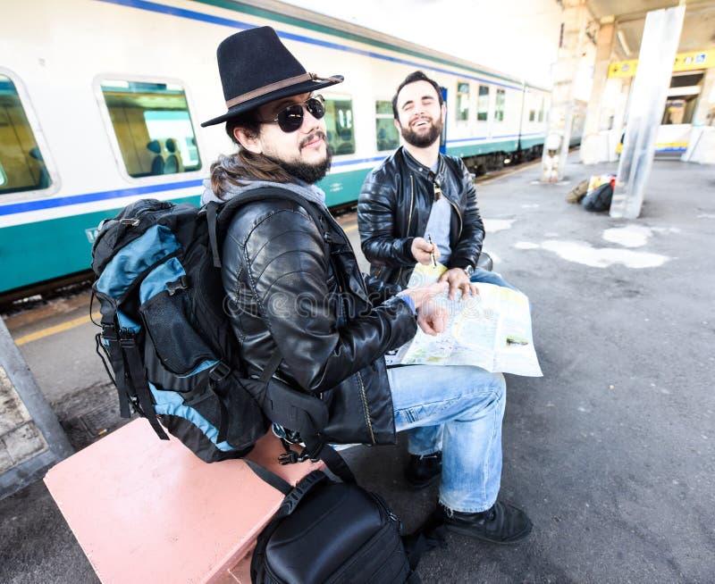 Δύο αρσενικά περιμένουν το τραίνο στοκ φωτογραφίες