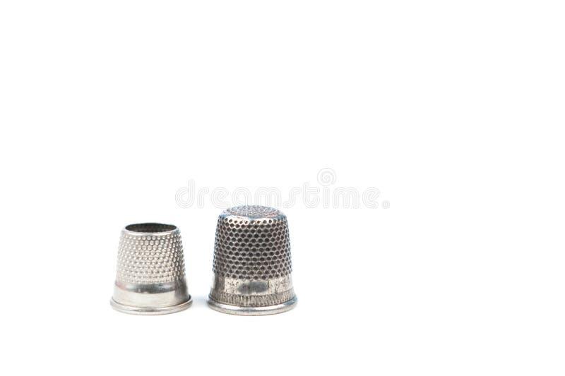 Δύο ασημένιες ράβοντας δακτυλήθρες μετάλλων σε ένα άσπρο υπόβαθρο Ράβοντας εξαρτήματα και εργαλεία στοκ φωτογραφία