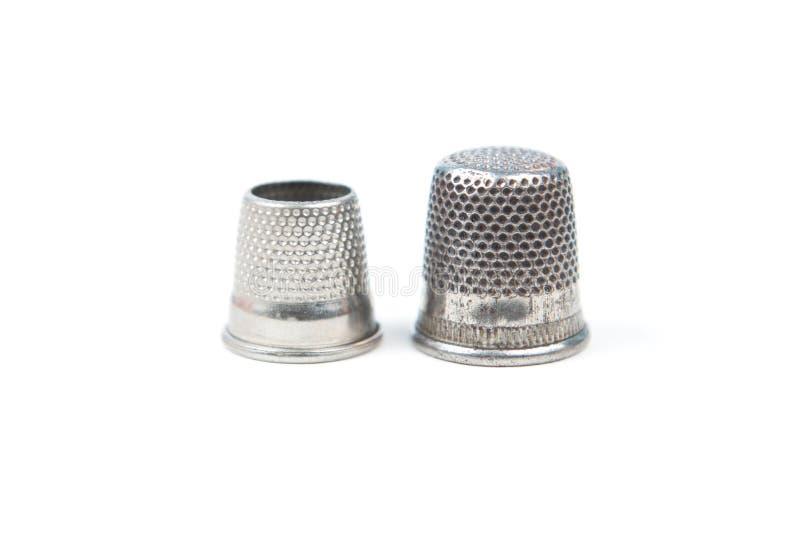 Δύο ασημένιες ράβοντας δακτυλήθρες μετάλλων σε ένα άσπρο υπόβαθρο Ράβοντας εξαρτήματα και εργαλεία στοκ εικόνα με δικαίωμα ελεύθερης χρήσης