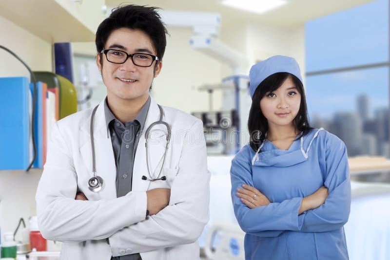 Δύο ασιατικοί γιατροί στο νοσοκομείο στοκ φωτογραφίες