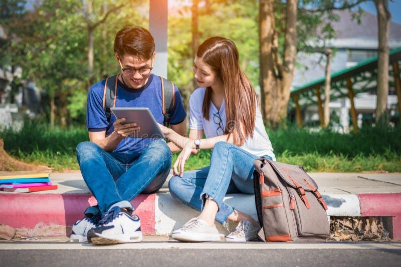 Δύο ασιατικοί νέοι κολλεγίων που συζητούν για την εργασία και την τελική εξέταση για τη δοκιμή Έννοια εκπαίδευσης και φιλίας στοκ φωτογραφία με δικαίωμα ελεύθερης χρήσης
