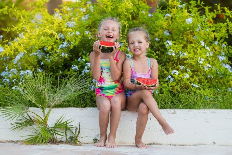 Δύο αστείες φίλες με τα καρπούζια στις διακοπές στοκ φωτογραφίες