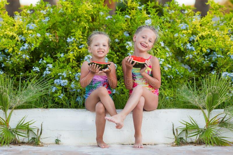 Δύο αστείες φίλες με τα καρπούζια στις διακοπές στοκ φωτογραφία με δικαίωμα ελεύθερης χρήσης