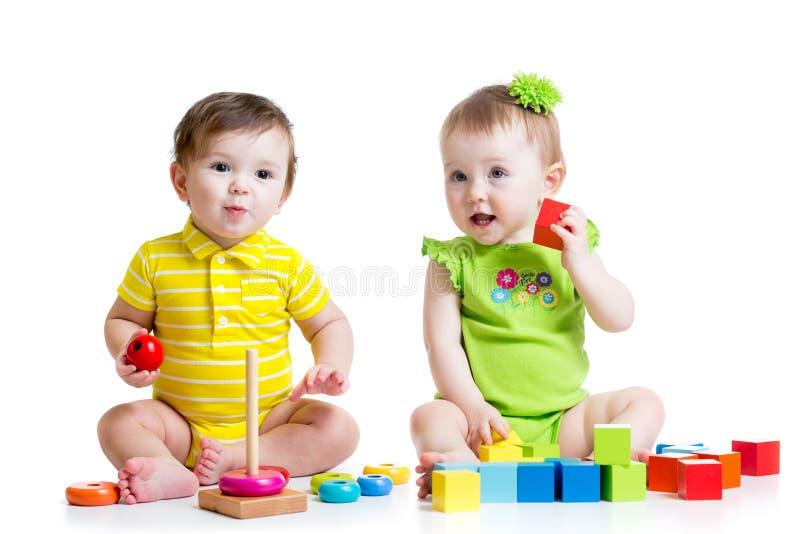 Δύο λατρευτά παιδιά που παίζουν με τα παιχνίδια Κορίτσι μικρών παιδιών στοκ εικόνα