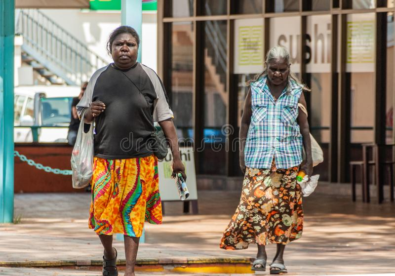 Δύο αυτόχθονες γυναίκες στη λεωφόρο, Δαρβίνος, Αυστραλία στοκ φωτογραφίες
