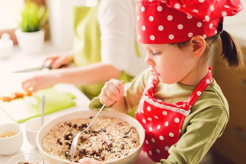 Δύο αδελφές που προετοιμάζουν το granola από κοινού στοκ εικόνες