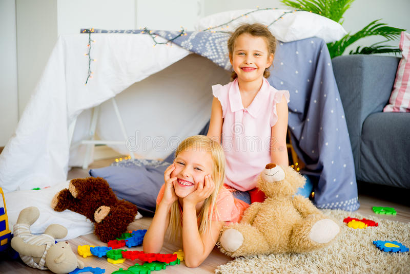 Δύο αδελφές σε μια σκηνή παιχνιδιού στοκ εικόνα