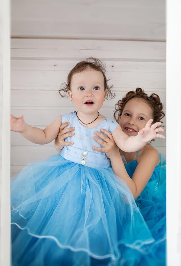 Δύο αδελφές στα μπλε φορέματα στοκ εικόνες