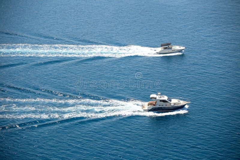 Δύο βάρκες που πλέουν στην αδριατική θάλασσα στοκ φωτογραφίες