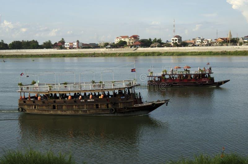 Δύο βάρκες στον ποταμό σφρίγους Tonle στοκ φωτογραφίες