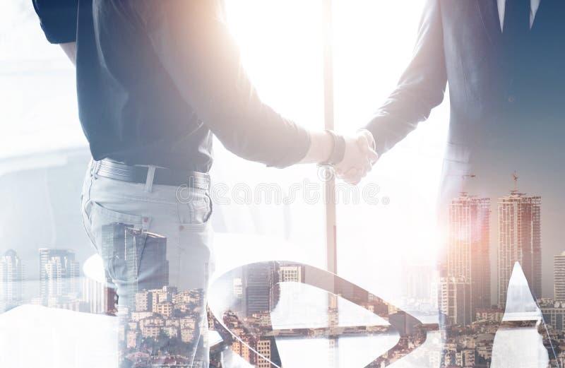 Δύο βέβαια χέρια τινάγματος επιχειρησιακών ατόμων κατά τη διάρκεια μιας συνεδρίασης στο γραφείο, την επιτυχία, τη συναλλαγή, το χ στοκ φωτογραφίες με δικαίωμα ελεύθερης χρήσης