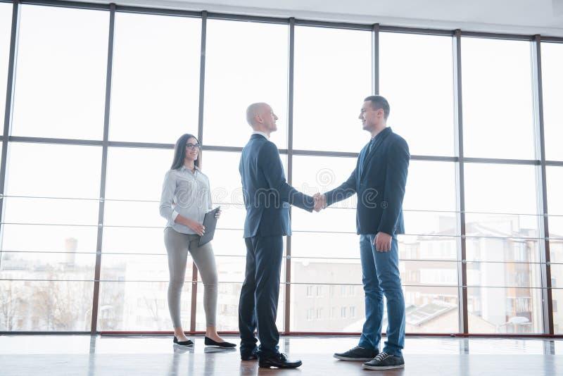 Δύο βέβαια χέρια τινάγματος επιχειρησιακών ατόμων κατά τη διάρκεια μιας συνεδρίασης στο γραφείο, την επιτυχία, τη συναλλαγή, το χ στοκ εικόνα