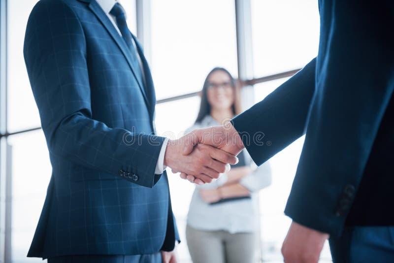Δύο βέβαια χέρια τινάγματος επιχειρησιακών ατόμων κατά τη διάρκεια μιας συνεδρίασης στο γραφείο, την επιτυχία, τη συναλλαγή, το χ στοκ εικόνες