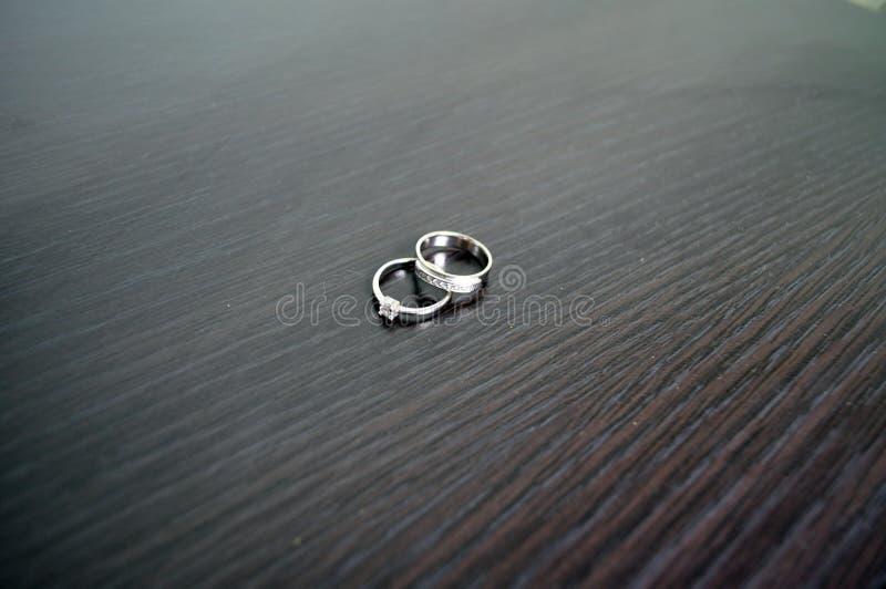 Δύο γαμήλια δαχτυλίδια στον άσπρο χρυσό με τα διαμάντια στοκ φωτογραφίες με δικαίωμα ελεύθερης χρήσης