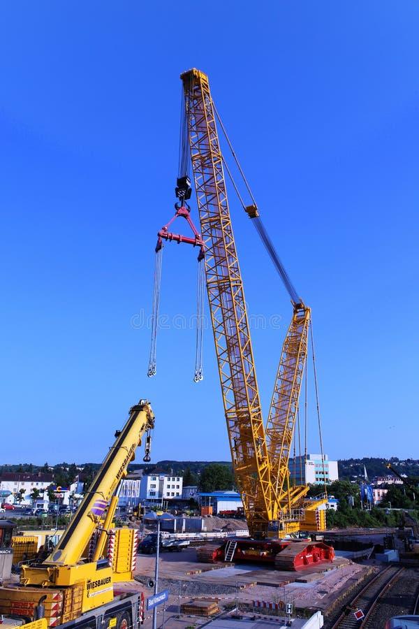 Δύο γερανοί σε ένα εργοτάξιο οικοδομής στοκ εικόνες με δικαίωμα ελεύθερης χρήσης