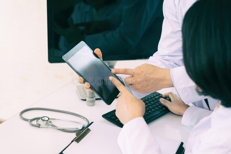 Δύο γιατροί που αναλύουν και που συμβουλεύονται πέρα από τη ιατρική αναφορά στον τρόπο στοκ φωτογραφίες με δικαίωμα ελεύθερης χρήσης