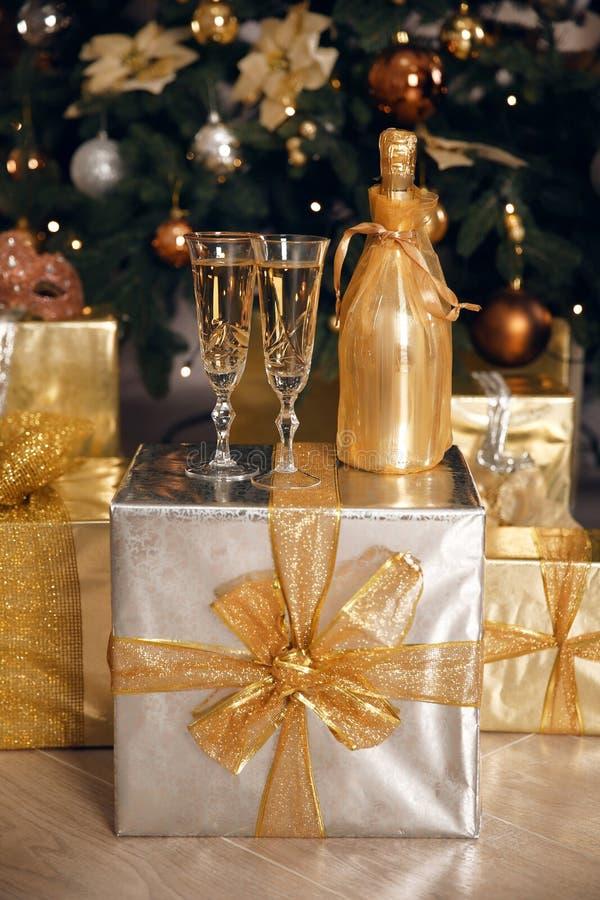 Δύο γυαλιά σαμπάνιας με το χρυσό μπουκάλι έτοιμο να φέρει στο Ν στοκ εικόνες με δικαίωμα ελεύθερης χρήσης