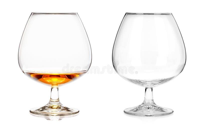 Δύο γυαλιά κονιάκ (κενά και με το οινόπνευμα) που απομονώνονται στο άσπρο BA στοκ εικόνες με δικαίωμα ελεύθερης χρήσης