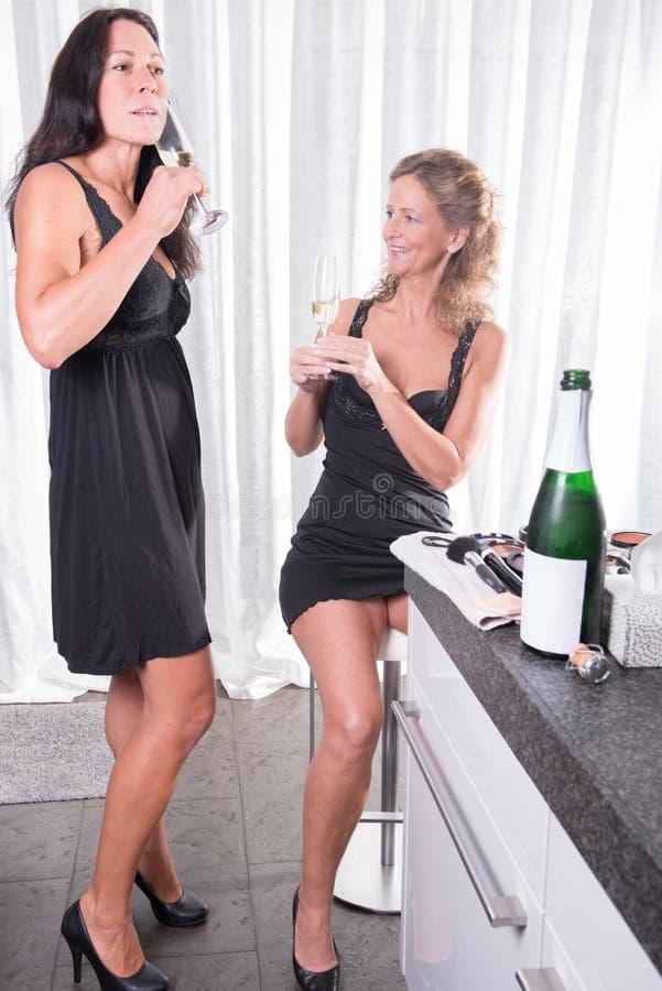 Δύο γυναίκες ενθαρρυντικές με το chanpagne στοκ εικόνες