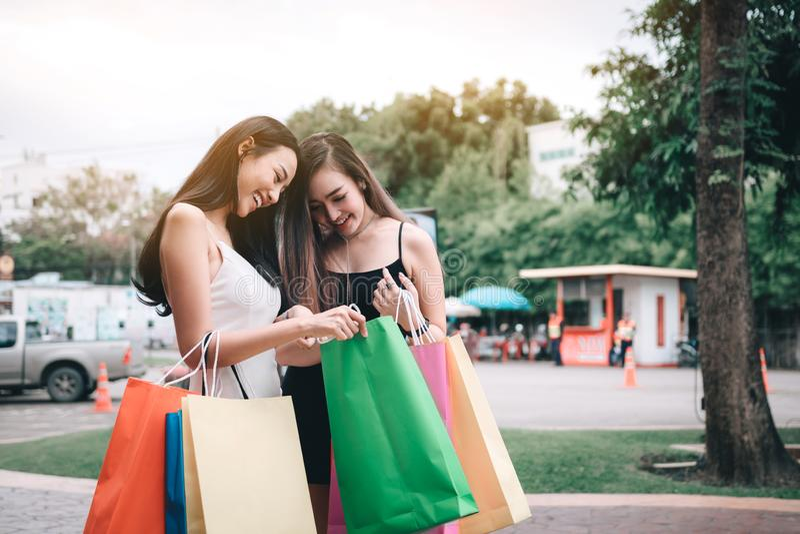 Δύο γυναίκες εξετάζουν μια τσάντα αγορών στοκ φωτογραφίες με δικαίωμα ελεύθερης χρήσης