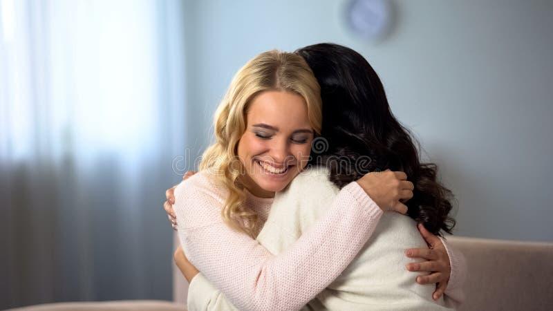 Δύο γυναίκες που αγκαλιάζουν στο σπίτι, συνάντηση των παλιών φίλων, σχέσεις, τρυφερές μνήμες στοκ φωτογραφία