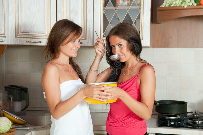 Δύο γυναίκες που εξετάζουν τη σούπα στοκ φωτογραφία με δικαίωμα ελεύθερης χρήσης