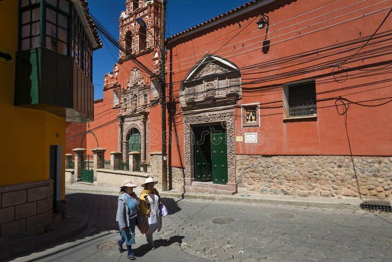 Δύο γυναίκες που φορούν τα παραδοσιακά ενδύματα στην πόλη του Ποτόσι στη Βολιβία στοκ εικόνα με δικαίωμα ελεύθερης χρήσης