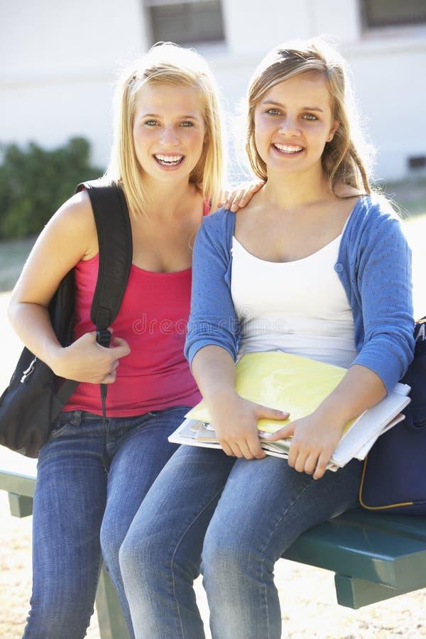 Δύο γυναίκες σπουδαστές έξω από το κτήριο κολλεγίου στοκ φωτογραφίες με δικαίωμα ελεύθερης χρήσης